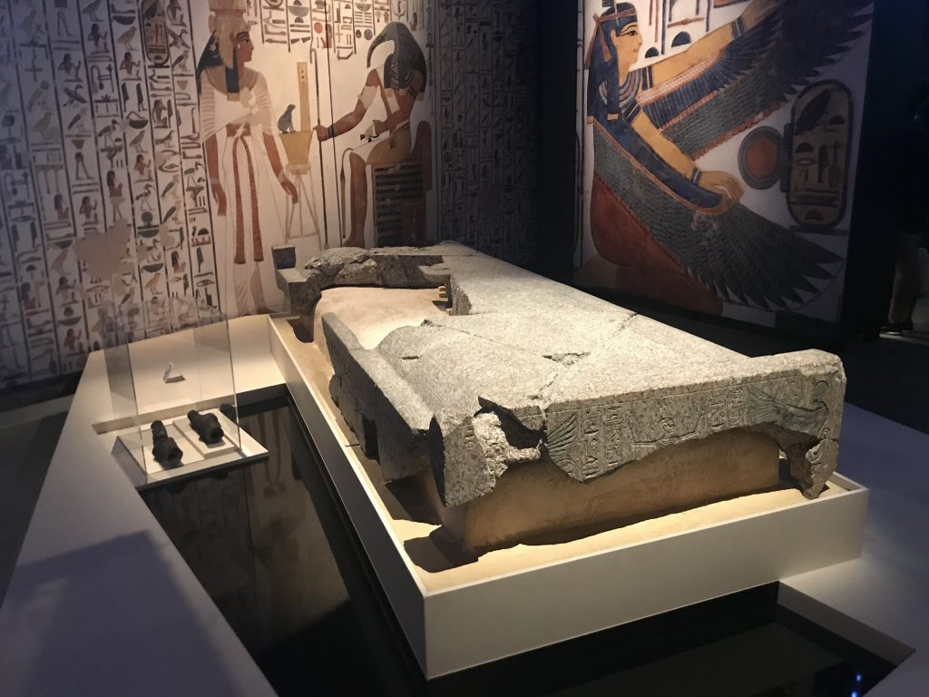 The pink granite lid of Nefertari's sarcophagus and beside it, discretely displayed, Nefertari's mummified remains (photo: Nile Scribes)