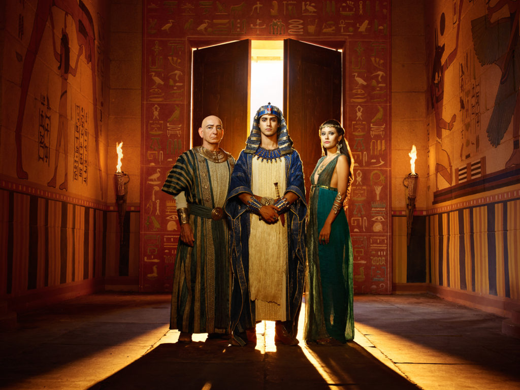 Ay, Tutankhamun, and Ankhesenamun stand beside palace walls with temple reliefs (Photo: Spike TV)